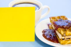 Frukost med bakelse och frukt royaltyfri bild