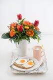 Frukost med blommor fotografering för bildbyråer