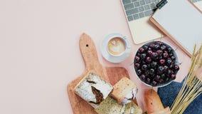 Frukost med bröd Minnestavla på tabellen online-marknadsföring royaltyfri foto
