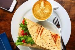 Frukost med cappuccino och smörgåsen Fotografering för Bildbyråer