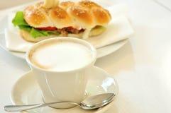 Frukost med cappuccino och tonfisksmörgåsen Royaltyfri Bild