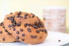Frukost med chokladbrioches Arkivbild