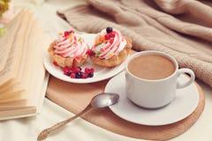 Frukost med coffe och smakliga kakor Arkivfoto