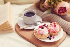 Frukost med coffe och smakliga kakor royaltyfria foton