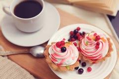 Frukost med coffe och smakliga kakor fotografering för bildbyråer