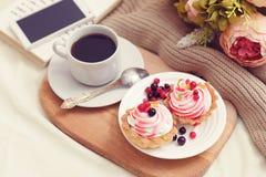 Frukost med coffe och smakliga kakor royaltyfri bild