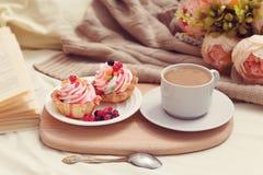 Frukost med coffe och smakliga kakor royaltyfri foto