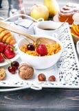 Frukost med den cornflakesbärhonung och gifflet Fotografering för Bildbyråer