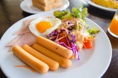 Frukost med det hotdog stekt ägget och sallad Arkivfoton