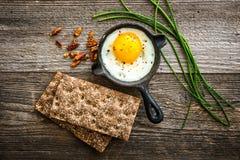 Frukost med det stekt ägget och bröd Arkivfoton
