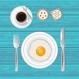 Frukost med det stekt ägget och kaffe Top beskådar Arkivfoton