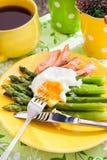 Frukost med det tjuvjagad ägget och gräsplansparris Arkivfoto