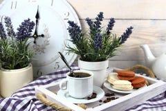 Frukost med en kopp kaffe, kexmakron Arkivbild