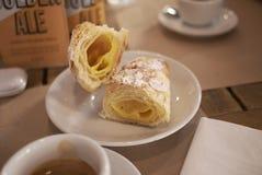 Frukost med espresso och bakelse arkivfoton