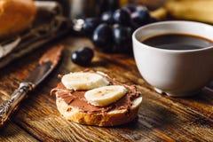 Frukost med fruktsmörgåsen och kaffe Arkivfoton