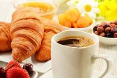 Frukost med giffel kopp kaffe och frukter fotografering för bildbyråer