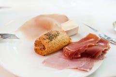 Frukost med hamon och bullen Arkivbild