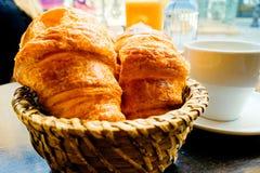 Frukost med kaffe i en korg Arkivfoto