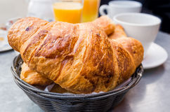 Frukost med kaffe i en korg Royaltyfria Foton