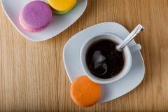 Frukost med kaffe- och colorfullmacaron royaltyfria bilder