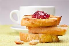 Frukost med kaffe och rostade bröd Arkivfoto