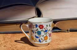 Frukost med läs- begrepp Gamla böcker och kopp kaffe för blom- design Selektivt fokusera Fotografering för Bildbyråer