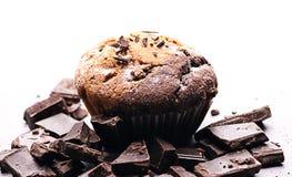 Frukost med muffin och choklad Muffin med stycken av choklad och socker Arkivbilder