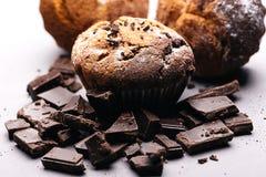 Frukost med muffin och choklad Muffin med stycken av choklad och socker Fotografering för Bildbyråer