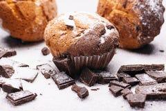 Frukost med muffin och choklad Muffin med stycken av choklad och socker Royaltyfri Foto