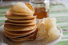 Frukost med pannkakor och citruns Royaltyfri Foto
