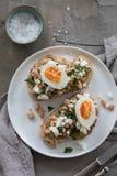 Frukost med rostat bröd och ägget royaltyfri bild