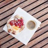 Frukost med sötsaken och kaffe Arkivbilder