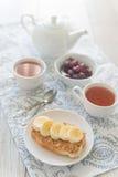 Frukost med smörgåsen för jordnötsmör Royaltyfri Foto