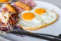 Frukost med stekte ägg Arkivfoto