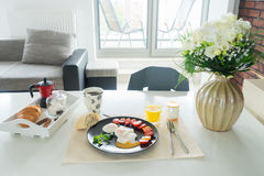 Frukost med tjuvjagade ägg Royaltyfri Bild