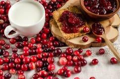 Frukost med tranbär Driftstopp kakor och mjölkar arkivfoto