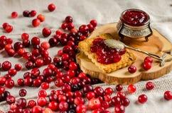 Frukost med tranbär, driftstopp och kex royaltyfri fotografi
