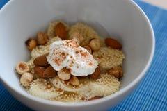 Frukost med yoghurt och bananer Royaltyfri Fotografi