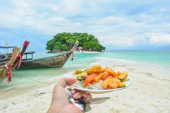 Frukost på ön i Thailand royaltyfria foton
