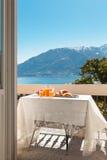 Frukost på balkongen, utomhus royaltyfri foto