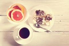 Frukost på en ljus tabell Arkivbilder