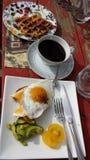Frukost på en röd picknicktabell arkivfoto