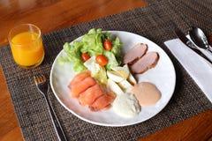 Frukost på en tabell med orange fruktsaft Royaltyfria Bilder