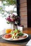 Frukost på en tabell med orange fruktsaft Fotografering för Bildbyråer