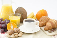 Frukost på en tabell- och vitbakgrund Royaltyfri Bild