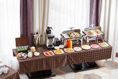 Frukost på hotellet Buffétabell med väntande på gäster för dishware Arkivbild