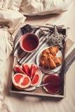Frukost på magasinet i morgonsäng Arkivfoton