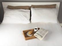 Frukost på säng Royaltyfria Foton