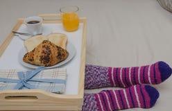 Frukost på säng royaltyfria bilder