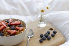 Frukost på sängen Arkivfoto